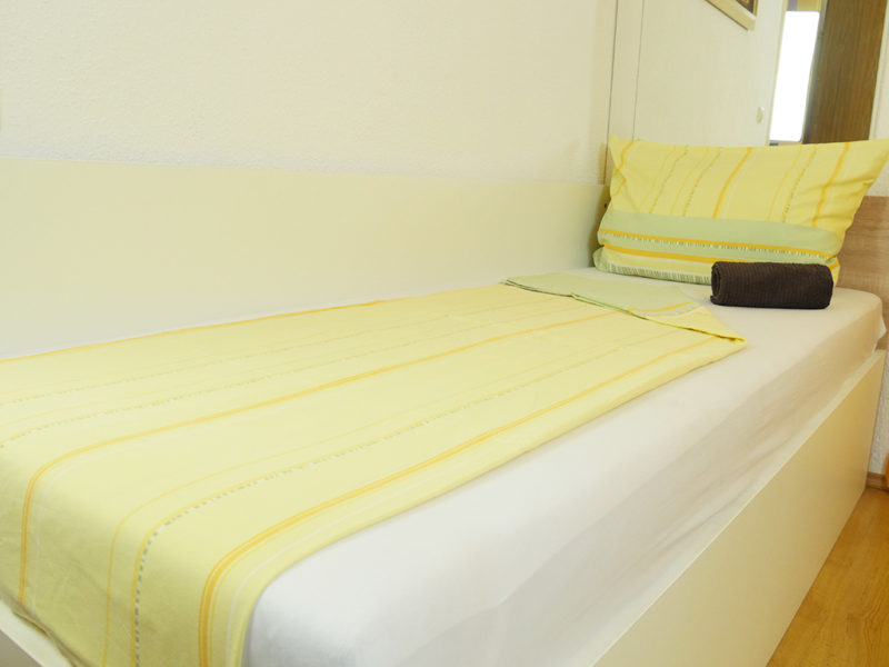 Novalja-Feirenwohnung-Schlafzimmer-1-mit-Zusatzbett_v2