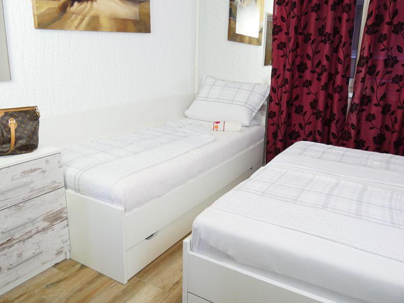 Novalja-Feirenwohnung-Schlafzimmer-mit-Zusatzbett_v2
