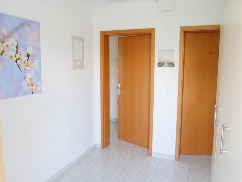 novalja-zrce-apartment-j01-haus2-eingang_v2