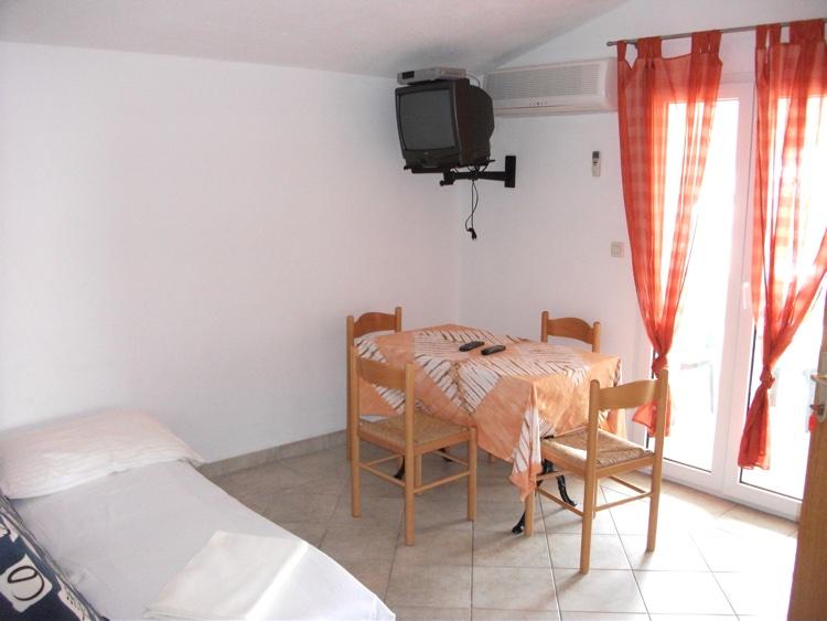 novalja-zrce-ferienhaus-wohnraum