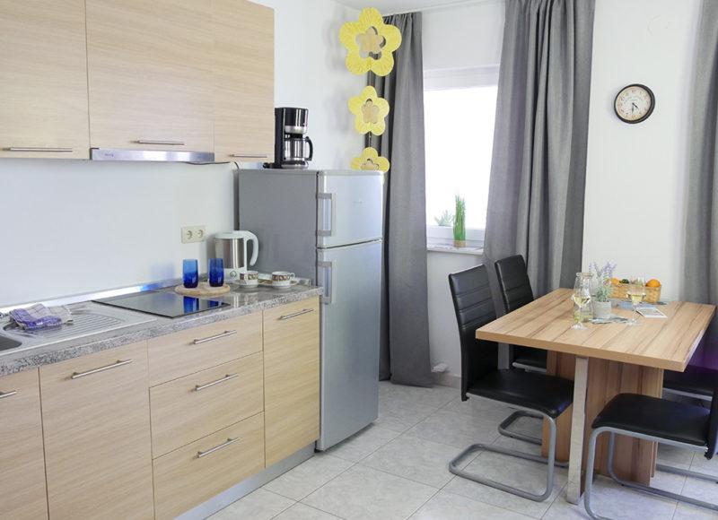 Novalja-zrce-apartment-j2-haus2-kueche_v2