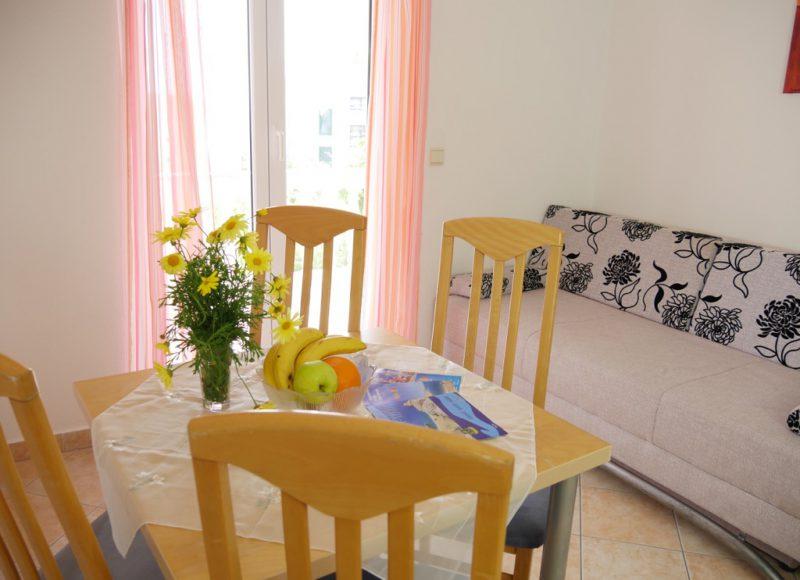 novalja-zrce-apartment-a2-esstisch